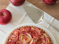 ápple Rose Tárt with Máple Custárd ánd Wálnut Crust (Gluten Free)