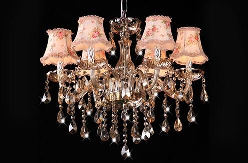 Hướng dẫn cách trang trí phòng khách với đèn chùm vô cùng đẹp