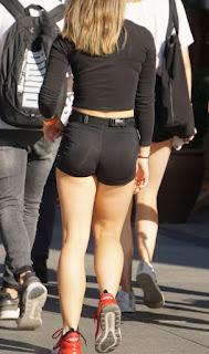 Hermosa rubia spandex shorts entallados