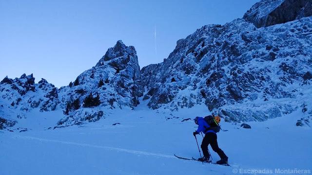 Subiendo con esquís la base del corredor Vermicelle en Cambre d'Aze.