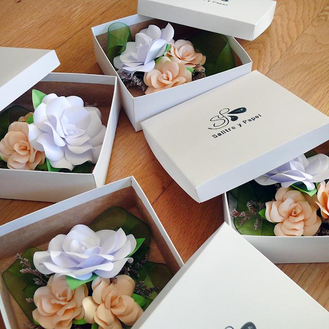 Pulseras con flores de papel damas de honor