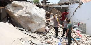 Rumah warga rusak tertimpa batu blasting. Ceceng Abdul Qodir, anggota DPRD lakukan sidak, desak ganti rugi!