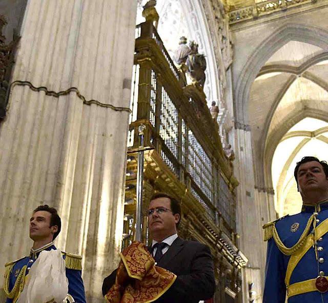 Procissão na catedral de Sevilha aberta pela 'Lobera'