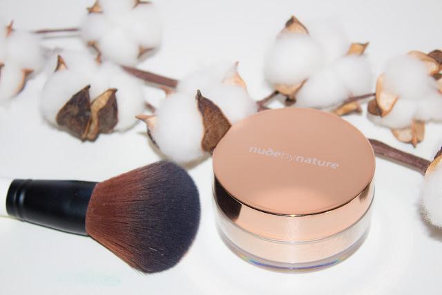Un joli teint naturel avec la poudre Nude By Nature