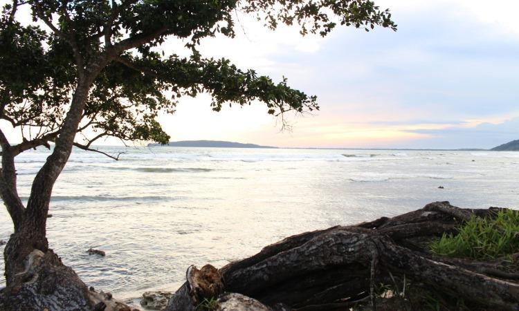 Pemandangan Eksotis Pantai Karapyak di Pangandaran yang Memesona
