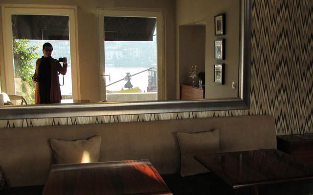 espelho em lobby do hotel