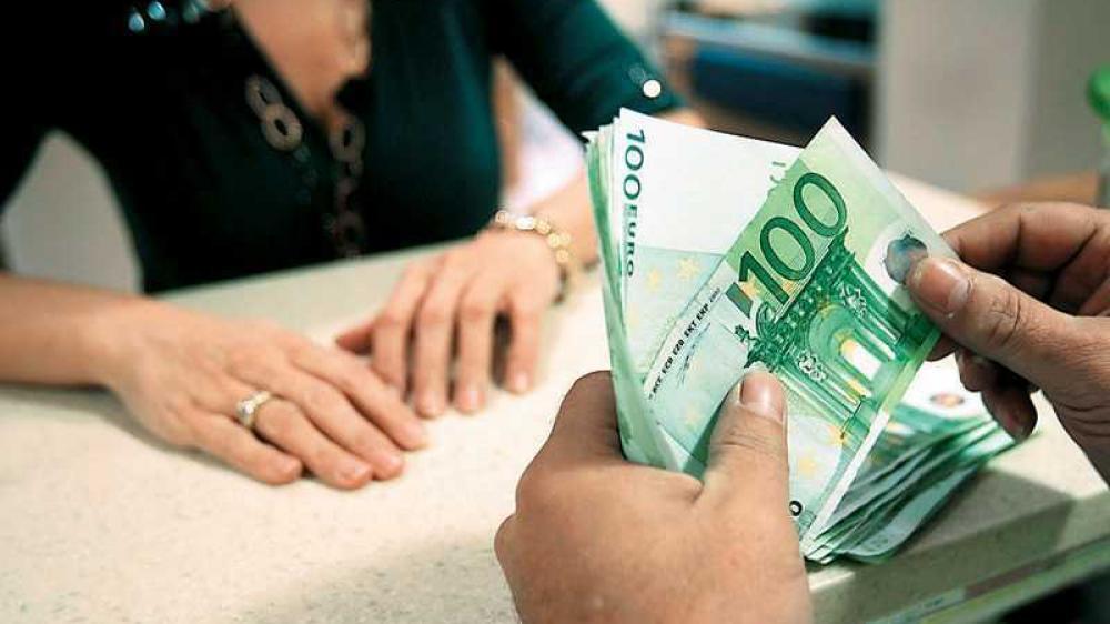 Διώχνουν τους πελάτες από τα ταμεία οι τράπεζες