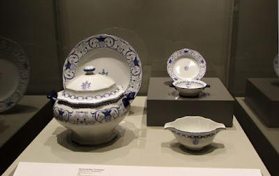 vitrine com peças de porcelana