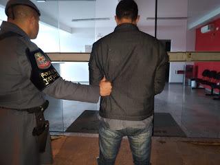 POLÍCIA MILITAR PRENDE HOMEM PROCURADO POR RECEPTAÇÃO, FURTO E ROUBO EM JACUPIRANGA