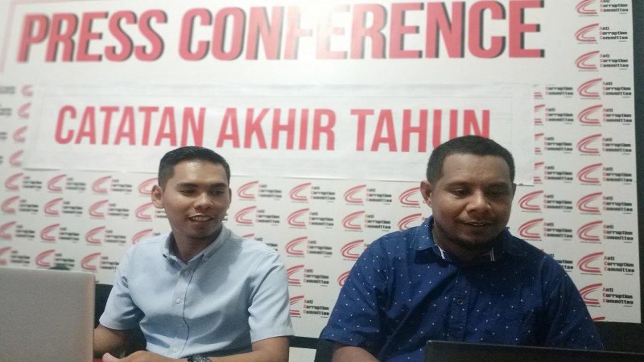 Direktur ACC Sulawesi Kadir Wokanubun (kanan) didampingi peneliti ACC Sulawesi Hamka Anwar (kiri) saat merilis Catatan Akhir Tahun (Catahu) 2019 penanganan kasus korupsi di kantornya, Makassar, Sulawesi Selatan