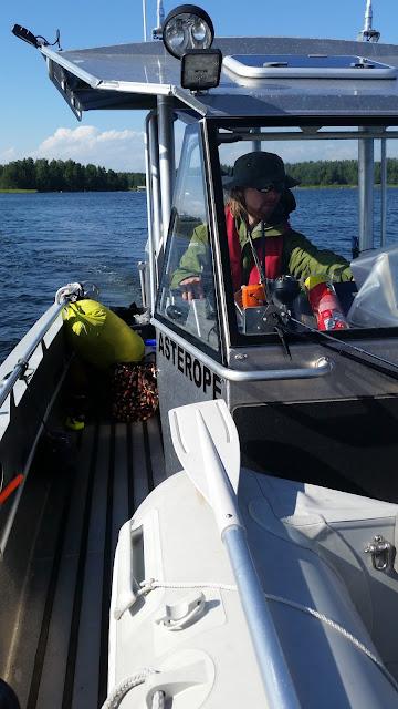 Kartoittaja ajamassa venettä.