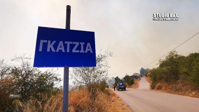 Δραματικές στιγμές στη Γκάτζια Αργολίδας - Η φωτιά απειλεί το χωριό