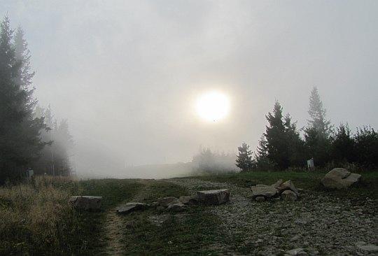 Słońce tonące we mgle na Jaworzynie Krynickiej.