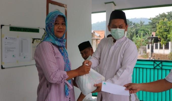 Ramadhan Berkah, DKM dan Warga Link Sumur Jambu Rawa Arum Salurkan Santunan Bagi Anak Yatim Piatu
