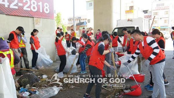在街道上努力整理環境的聖徒們