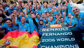 Fernando Alonso celebra el campeonato 2006 con su equipo