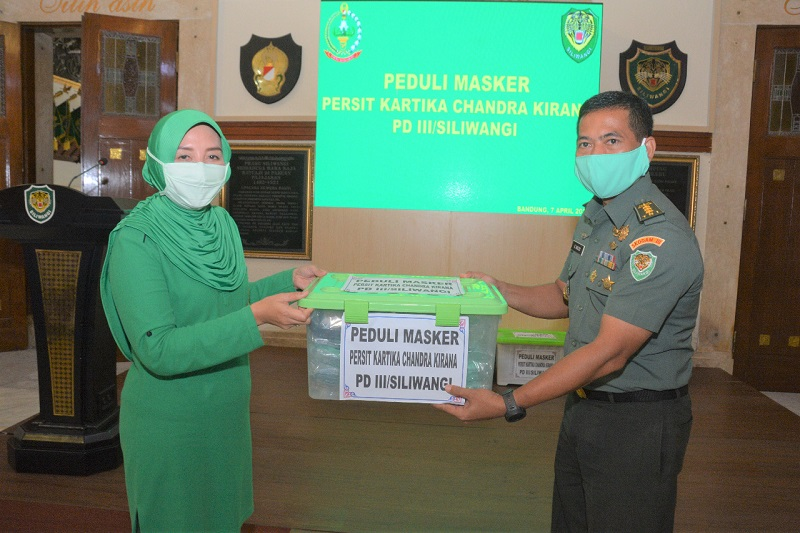 Ketua Persit KCK PD III/ Siliwangi Menyerahkan Bantuan Masker Non Medis Secara Simbolik Kepada Kakesdam Kodam III/ Siliwangi
