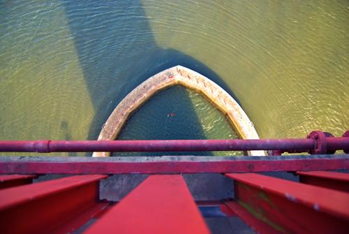 Vista hacia abajo de la isla elipsoidal del Golde Gate Bridge desde el pasillo o pasarela peatonal