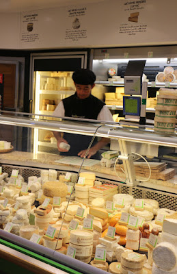 Fromagerie im Talensac Markt in Nantes