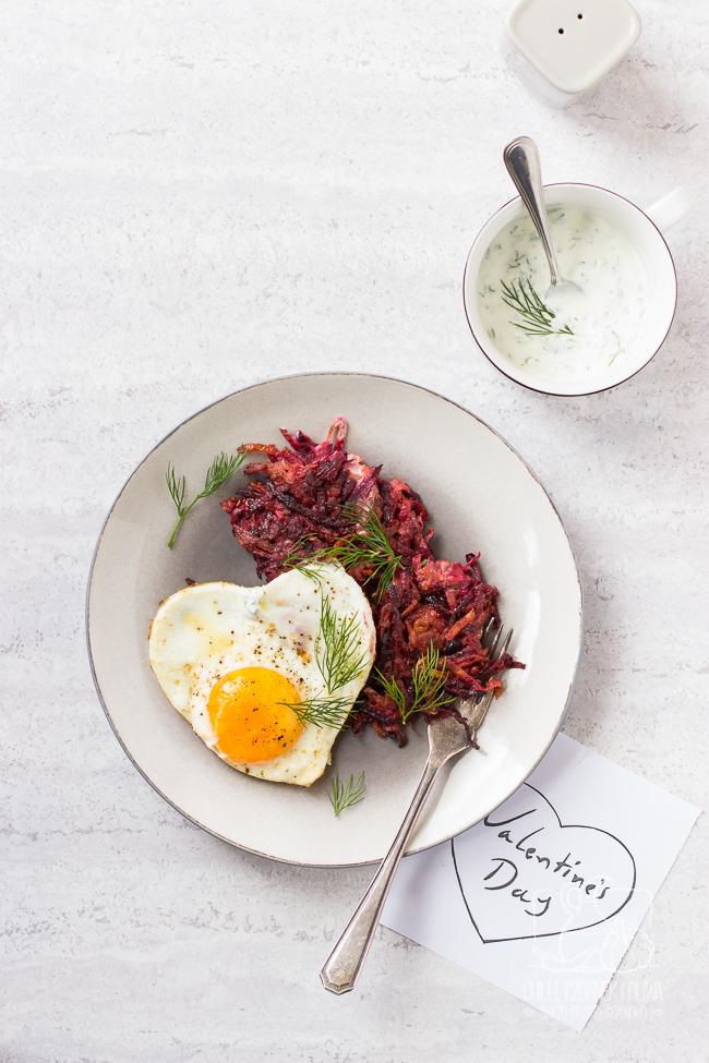 Różowe placki z jajkiem sadzonym i sosem koperkowym