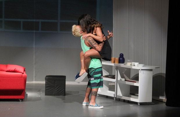 Thammy estreia espetáculo 'T.R.A.N.S' no Rio e tem cena de cueca retirada