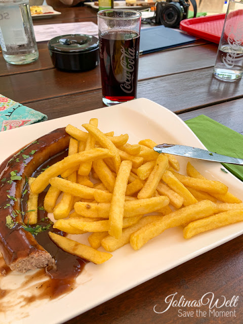 Bratwurst mit Soße und Pommes