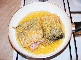 retete peste prajit la tigaie in crusta de malai, retete de peste, preparate din peste, mancaruri cu peste, peste gatit, retete culinare,