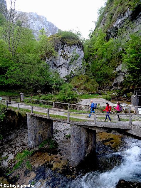 Cruzando el puente sobre el río Dobra en Picos de Europa