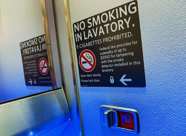 لماذا تحتوي الطائرات على منافض سجائر رغم حظر التدخين