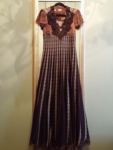 5cff0fd7b9d Kadri kleit on paksust raskest ererohelisest pitsist säravpunasel voodril -  ja selja peal on väike vigur punaste nööpide näol. Pisike punane ridikül  juurde ...