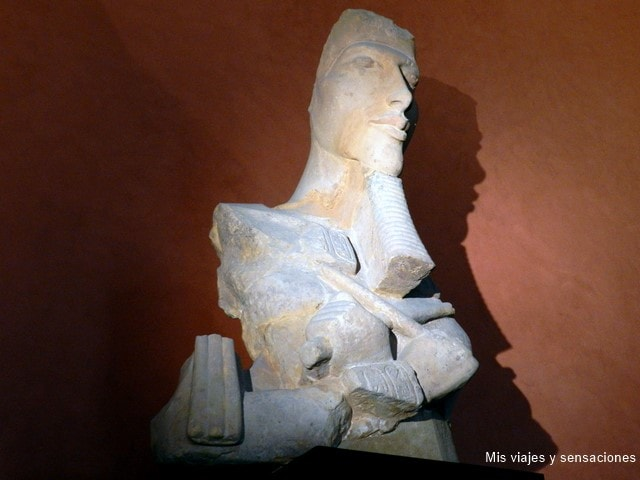 El rey Akenatón, museo del Louvre, París