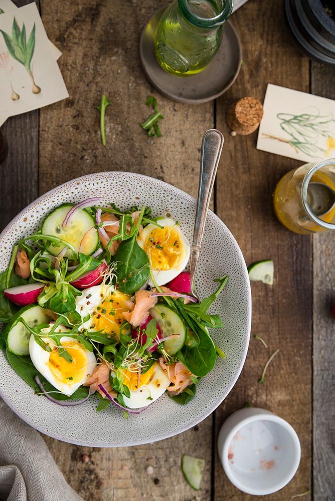 Sałatka z jajkiem, łososiem i szpinakiem