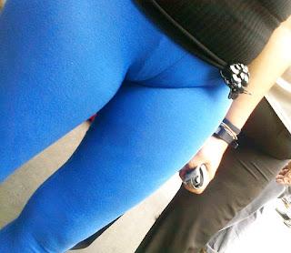 Sexi mujer leggins azules tanga marcada