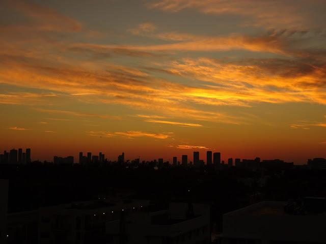 Puesta de sol sobre el skyline de Miami desde Miami Beach