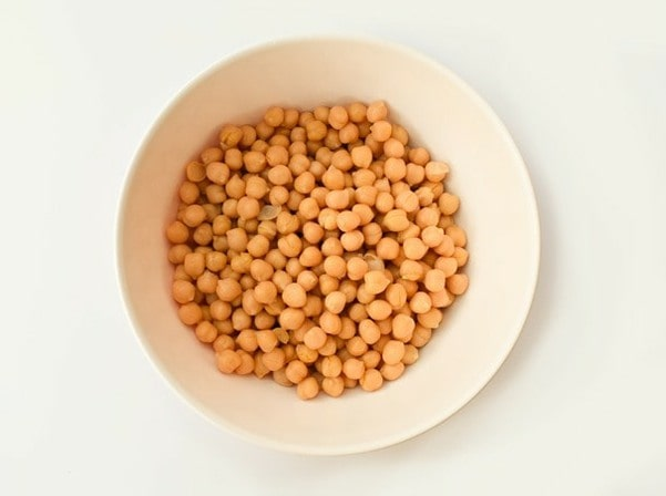 A bowl of cooked chickpeas