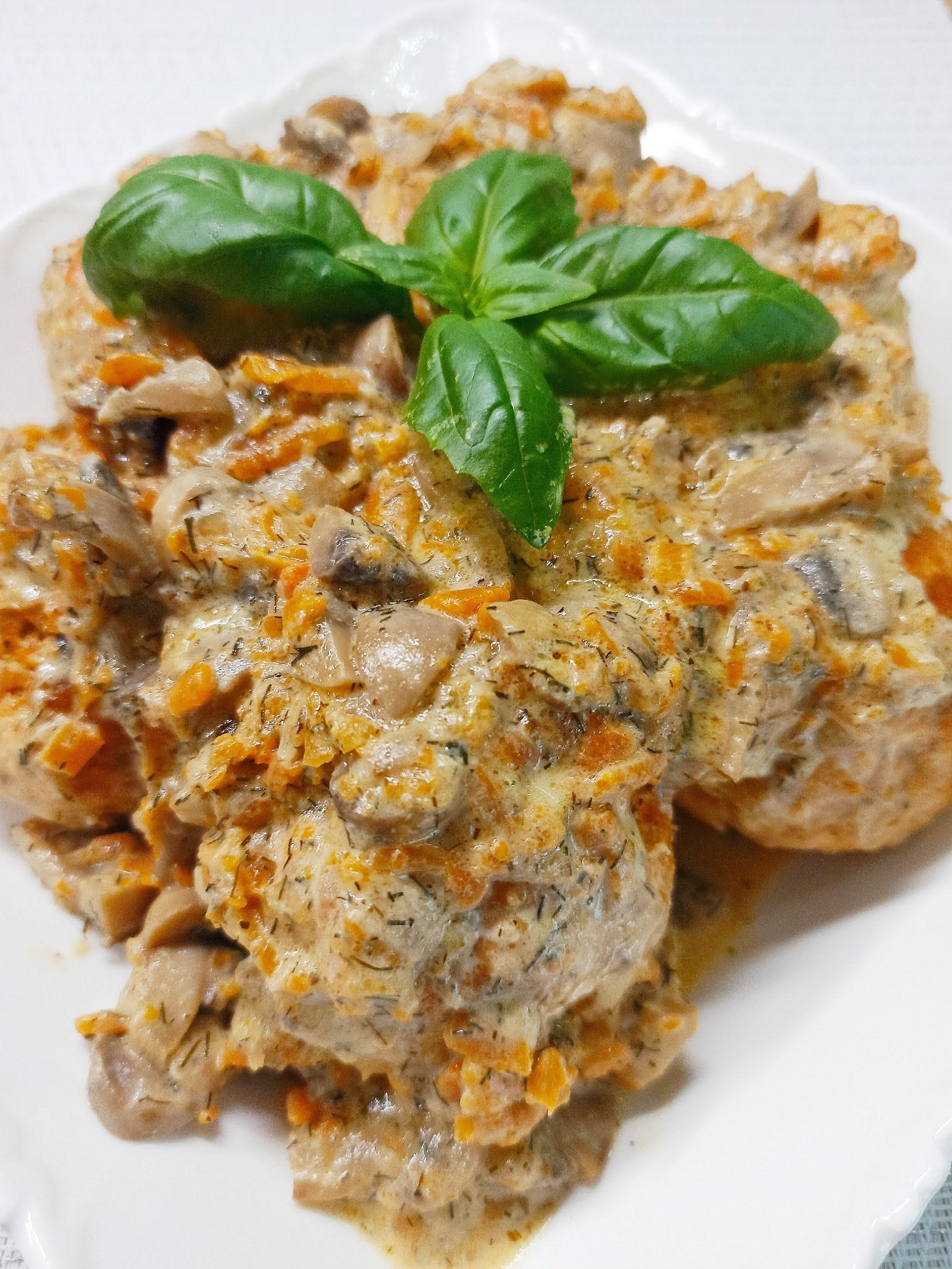 Pulpety drobiowe z mozzarellą w sosie pieczarkowym