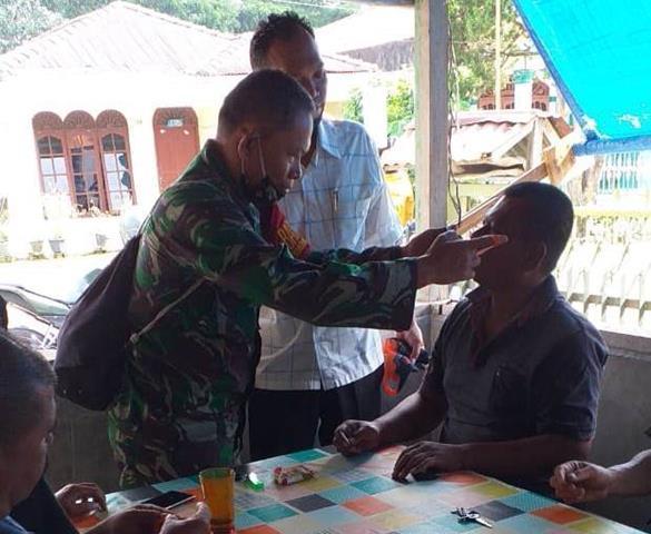 Tegur Warga Tak Pakai Masker, Personel Jajaran Kodim 0207/Simaalungun Ingatkan Bahaya Virus Corona