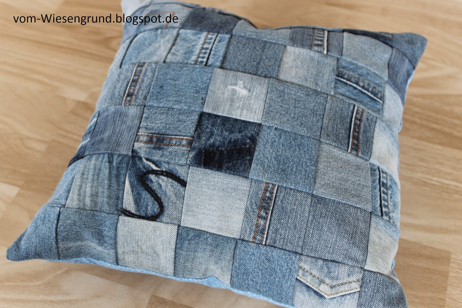 vom wiesengrund upcycling patchwork kissen aus kinderjeans. Black Bedroom Furniture Sets. Home Design Ideas