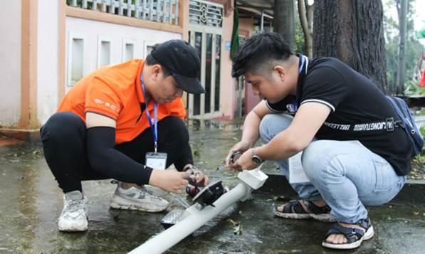 Nhân viên khối Kỹ thuật FPT Camera và FPT Telecom Huế khẩn trương hoàn tất lắp đặt trên khắp đường chạy hôm 25/12