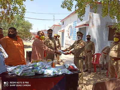 जालौन विधायक सदर द्वारा पुलिस बल को मास्क/सेनेटाइजर इत्यादि वितरित किए         संवाददाता, Journalist Anil Prabhakar.                 www.upviral24.in
