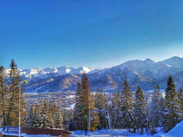Widok na Zakopane zimą, szczyty Tatr