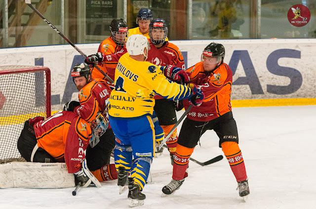 Hokejisti saķēruši viens otru aiz krekliem, izvairās no dūru cīņas