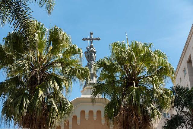 Capela Nossa Senhora da Glória - detalhe da cruz com imagem na entrada
