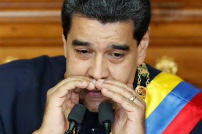 """El presidente de Venezuela, Nicolás Maduro, reiteró hoy que desea tener relaciones de """"respeto"""" con Estados Unidos, al tiempo que instruyó a su recién nombrado canciller, Jorge Arreaza, para que """"inicie gestiones"""" y se concrete una """"conversación"""" con el mandatario de ese país, Donald Trump.  EFE  """"Yo creo en la diplomacia y (…) le ratifico al presidente Donald Trump mi deseo de restablecer relaciones políticas, de diálogo, de respeto, en términos de igualdad"""", dijo Maduro en medio de una sesión especial de la Asamblea Nacional Constituyente, en la que se puso a disposición de este poder.  """"Inicie gestiones, canciller, para que yo tenga una conversación personal con Donald Trump, para tener una conversación telefónica con Donald Trump"""", añadió el gobernante socialista.  Maduro hizo estas declaraciones en el marco de las recientes sanciones económicas y migratorias de Washington al propio presidente venezolano y a una veintena de funcionarios de su Gobierno, a los que el Departamento del Tesoro acusa de violar los derechos humanos y socavar la democracia.  El mandatario venezolano señaló además que le gustaría que esta reunión se efectuara de forma bilateral durante su próximo viaje a Estados Unidos, cuando comparezca a una sesión de la Organización de las Naciones Unidas.  """"Si está tan interesado en Venezuela aquí estoy yo, aquí está el jefe de su interés, 'mister Donald Trump', aquí está mi mano, si de manos se trata, aquí está mi palabra, que la tengo"""", dijo Maduro.  Con todo, el presidente venezolano enfiló contra su par estadounidense y lo catalogó como """"emperador"""" y """"sultán"""", tras renovar sus críticas a las sanciones contra sus funcionarios.  """"¿Hasta donde se cree el emperador Trump que es gobernador del mundo? (…) ¿Se cree un nuevo sultán? ¿Se cree un nuevo rey de reyes? El único rey de reyes que hay es nuestro señor Jesucristo"""", agregó.  Maduro dijo también que las sanciones impuestas a los funcionarios no tienen """"base jurídica"""", y exhortó a la presidenta de l"""
