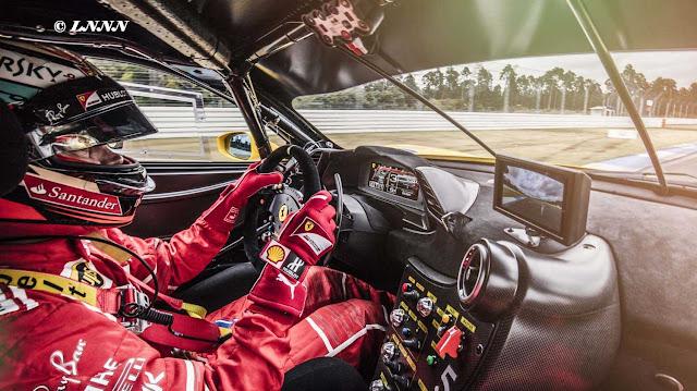 Cockpit des Ferrari 488 Challenge mit Rennfahrer