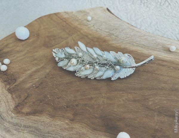 Le Baiser de la Mariée barrette plume argentée perles et pétales