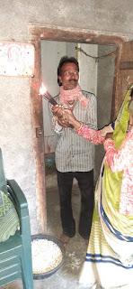 सूदखोरों ने एक लाख के डेढ़ लाख रुपए ले लिए, फिर भी मकान पर कब्जा कर लिया