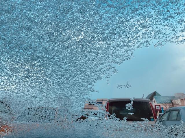 擋風玻璃上的雪