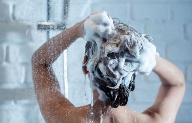 Cuidados ao lavar o cabelo no outono e no inverno
