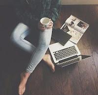 mujer con café y portátil